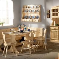 Sedie e tavoli in legno